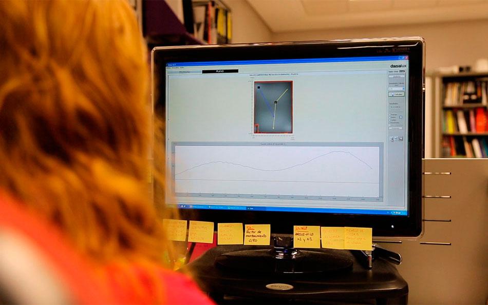 Gema, empleada de Daisalux, utilizando el software de cálculo Daisa para elaborar un proyecto de iluminación de emergencia. El departamento de proyectos de Daisalux ha llegado a elaborar más de 2.000 proyectos en un año.