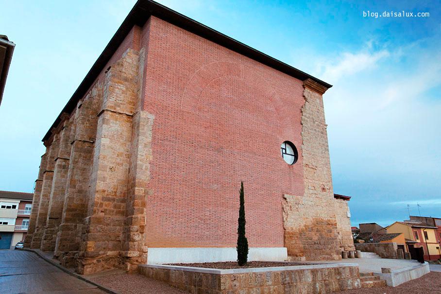 Exterior de San PEdro Cultural. Un ciprés representa la torre perdida.