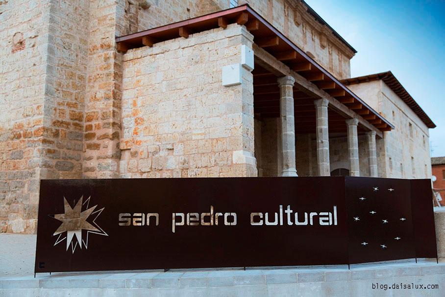 Reloj solar de doble cara en el exterior de San Pedro Cultural