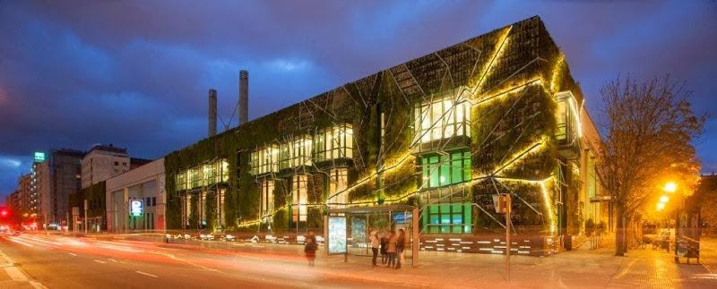 Imagen nocturna de la fachada del Palacio Europa